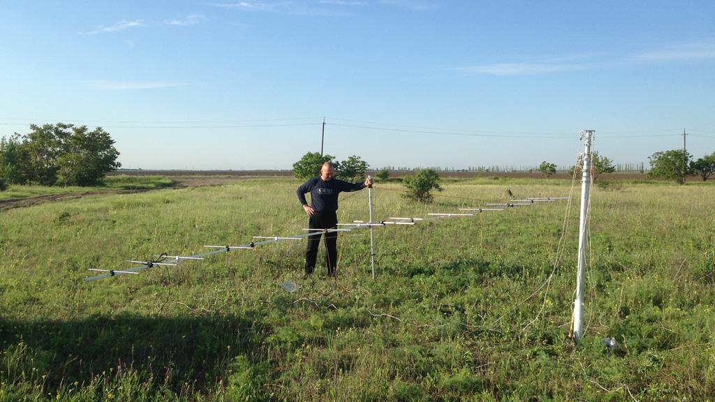 UT5ZC помогает в сборке антенны Яги-Уда